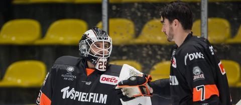 Löwen-Spieler Steven Delisle und Goalie Patrick Klein