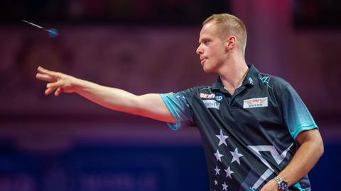 Darts-Profi Max Hopp in Aktion