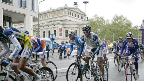 Radfahrer vor der Oper in Frankfurt