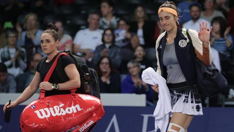 Andrea Petkovic winkt ins Publikum als Sie vom verletzt Feld geht.