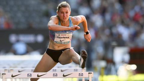 Carolin Schäfer beim Hürdenlauf