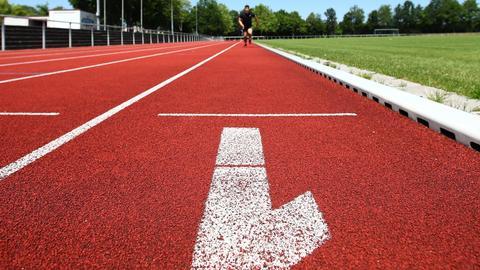 Symbolbild: Ein Läufer auf der Tartanbahn