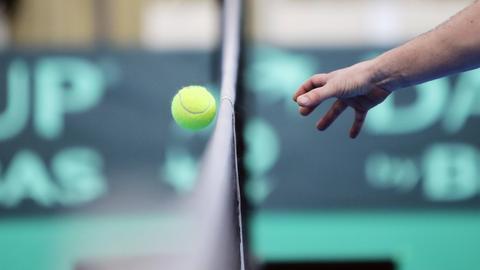 Ein Tennisball über dem Netz