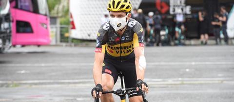 Tony Martin auf einem Rennrad mit Helm und gelb-schwarzem Trikot.