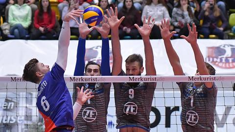 Aciobanitei wird von drei Gegnern am Netzt geblockt.