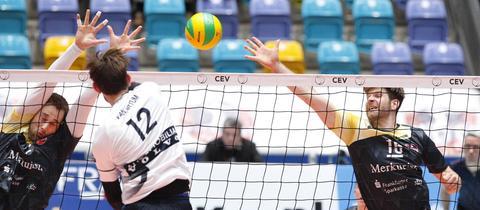Zwei Frankfurter Spieler versuchen, einen Schmetterball zu blocken.