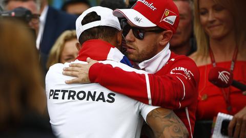 Sebastian Vettel gratuliert Lewis Hamilton zum WM-Titel
