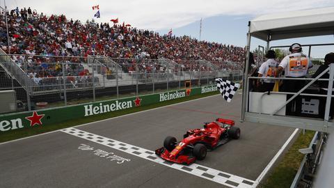 Sebastian Vettel überquert die Ziellinie