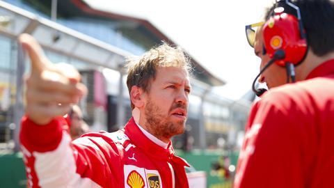 Sebastian Vettel im Gespräch mit einem Mechaniker