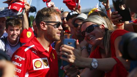Sebastian Vettel schreibt Autogramme