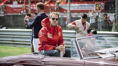 Sebastian Vettel sitzt in Monza auf dem Rücksitz eines Oldtimers.