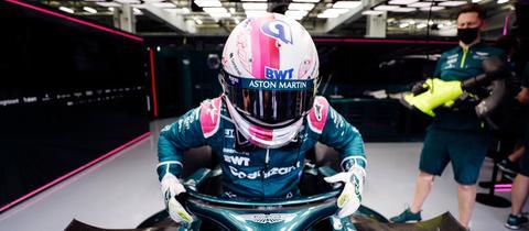Sebastian Vettel steigt in seinen Aston Marrtin