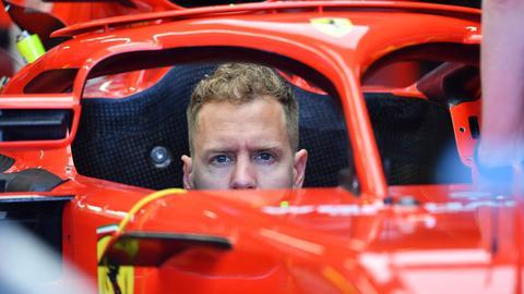 Sebastian Vettel sitzt in seinem Auto
