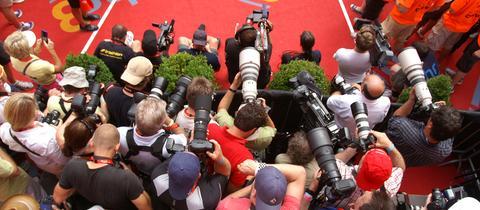 Fotografen und TV-Teams im Ironman-Zielbereich