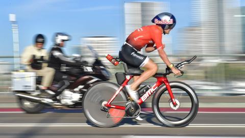 Ein Radfahrer beim Ironman