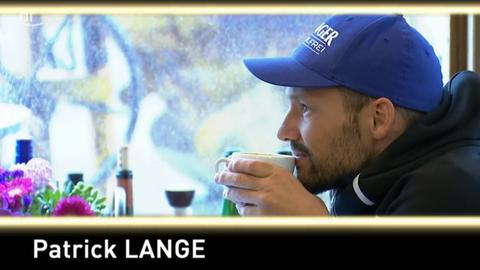 Lange trinkt einen Kaffee.