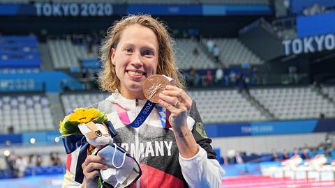 Sarah Köhler zeigt ihre Bronze-Medaille.