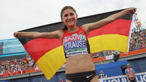 Gesa Felicitas Krause jubelt mit Deutschland-Fahne.