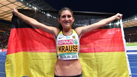 Krause jubelt, hält eine Deutschland-Fahne in die Höhe