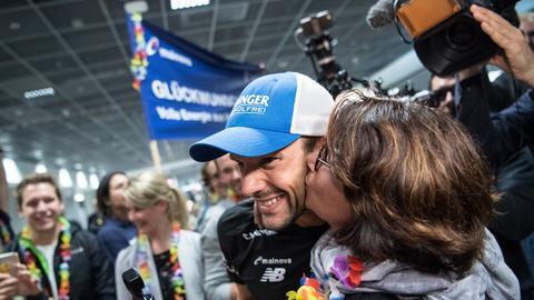 Lange wird von seiner Mutter Carmen auf die Wange geküsst.