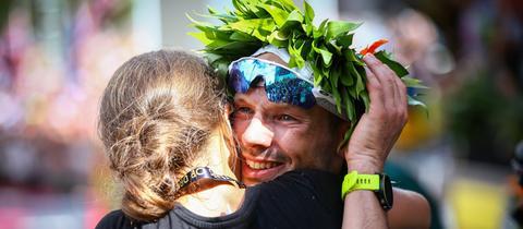 Patrick Lange umarmt seine Freundin.