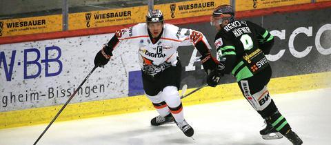 Eduard Lewandowski von den Löwen Frankfurt im Spiel in Bietigheim