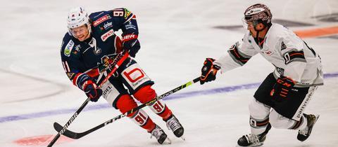 Manuel Strodel von den Löwen Frankfurt (rechts) im Spiel in Freiburg