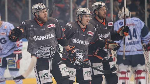 Die Löwen-Spieler jubeln gegen Ravensburg