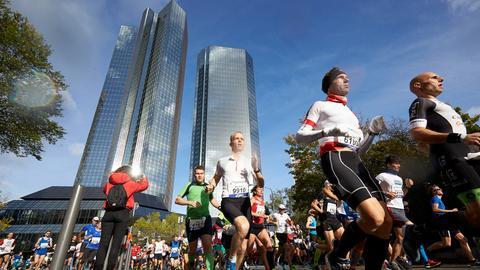Teilnehmer des Frankfurt Marathons 2017 passieren die Bankentürme.