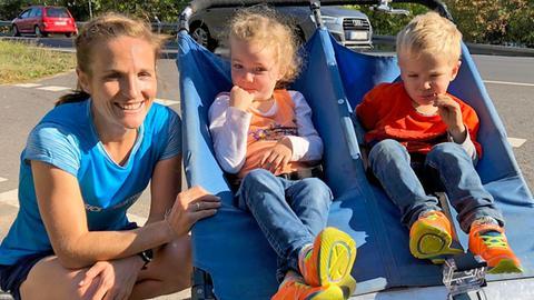 Kerstin Bertsch mit ihren Kindern und dem Doppelbabyjogger