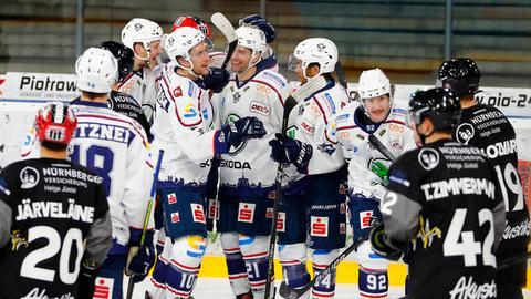 Ryon Moser (Nr. 21) wird von den Huskies für seinen Siegtreffer gefeiert.