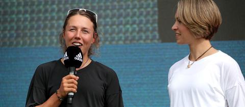 Laura Dahlmeier und Magdalena Neuner werden in Frankfurt ausgezeichnet.