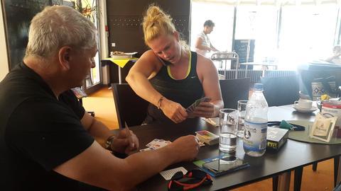 Betty Heidler und Trainer Michael Deyhle beim Kartenspiel.