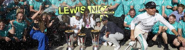 Beim obligatorischen Siegerfoto mit dem Mercedes-Rennstall bekommt Rosberg (re.) schon mal eine ordentliche Champagner-Dusche ab.