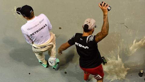 Rosberg und Hamilton beim Feiern nach dem Singapur-Grand-Prix