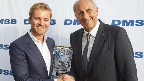 Der amtierende Formel-1-Weltmeister Nico Rosberg bekommt von DMSB-Präsident Hans-Joachim Stuck den Preis überreicht.