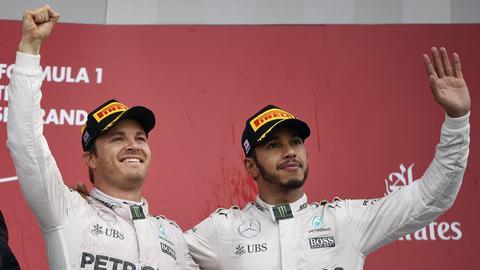 Rosberg und Hamilton jubeln gemeinsam.