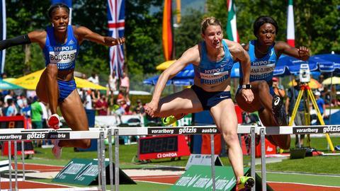 Carolin Schäfer ereilt der Konkurrenz beim Hürdenlauf.