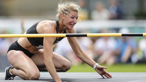 Bange Blicke - aber die Stange hält: Carolin Schäfer beim Leichtathletik-Meeting in Ratingen.