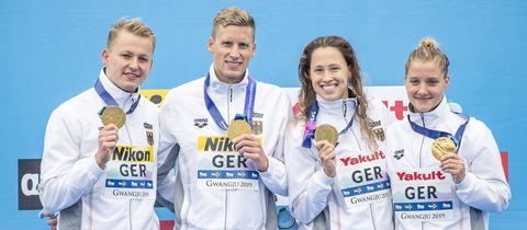Die deutsche Schwimm-Staffel um Sarah Köhler mit der Gold-Medaille.