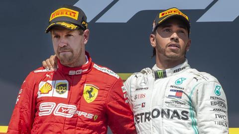 Trotzig absolvierte Vettel die Siegerehrung - Hamilton hatte den Deutschen mit aufs die höchste Stufe des Treppchens genommen.