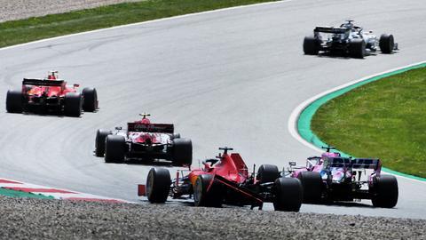 Mit zerstörtem Heckflügel schleppt sich Vettel nach der Kollision mit seinem Teamkollegen Leclerc zurück in die Box.