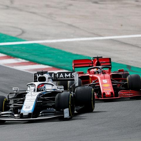 Bild mit Symbolcharakter: Sebastian Vettel hängt mit seinem Ferrari hinter dem Williams von George Russell fest.
