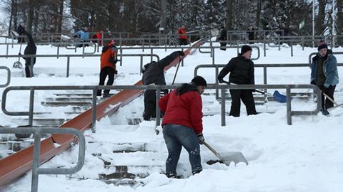 Helfer beim Skisprung-Weltcup in Willingen.