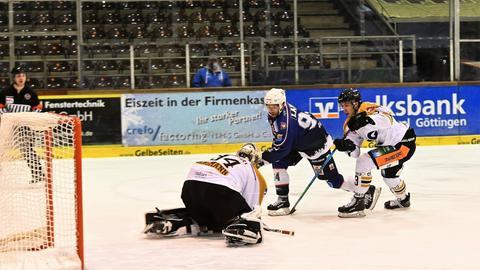 Spitzner von den Kassel Huskies trifft gegen die Ravensburg Towerstars