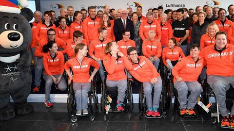 Bundespräsident Steinmeier und die Paralympics-Athleten bei der offiziellen Verabschiedung