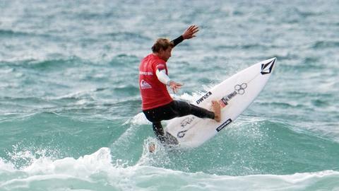 Leon Glatzer surft eindrucksvoll die Welle