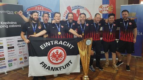 Die Tischfußballer von Eintracht Frankfurt feiern den Champions-League-Sieg