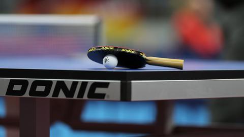 Eine Tischtennis-Platte und ein -Schläger mit Ball