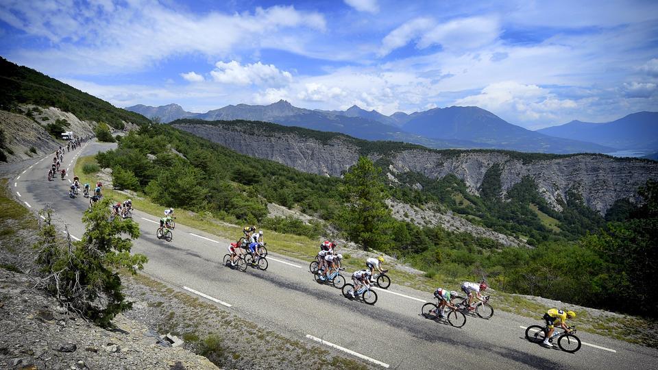 Eindruck von der Tour de France vor Berglandschaft